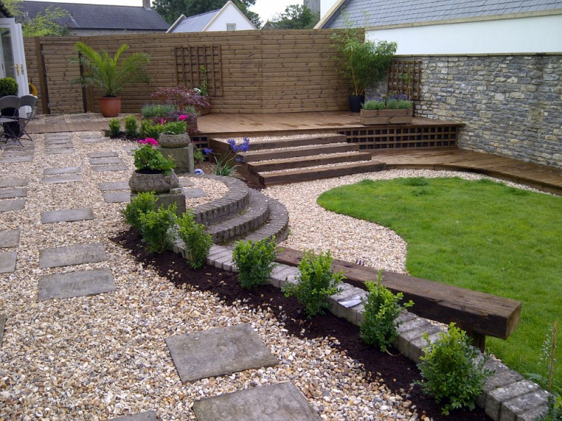 Garden Design. Mutare Defines The Curved Edge With Box Hedging.